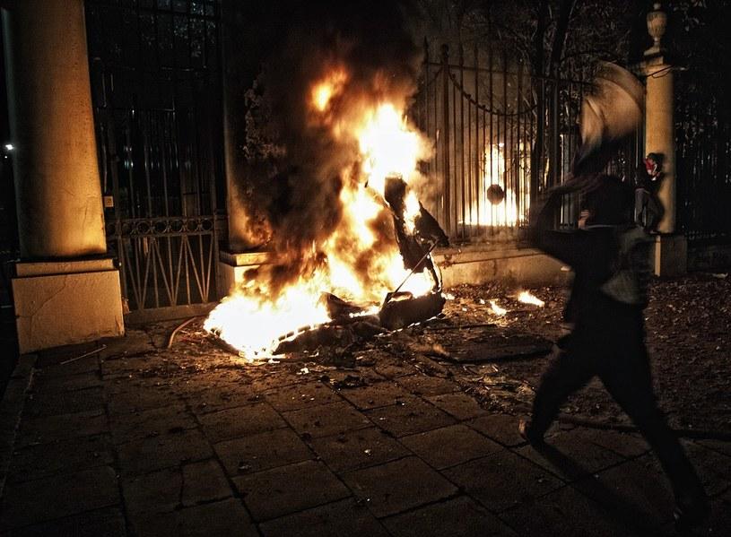 Płonąca budka pod ambasadą /Adam Guz/Reporter /East News