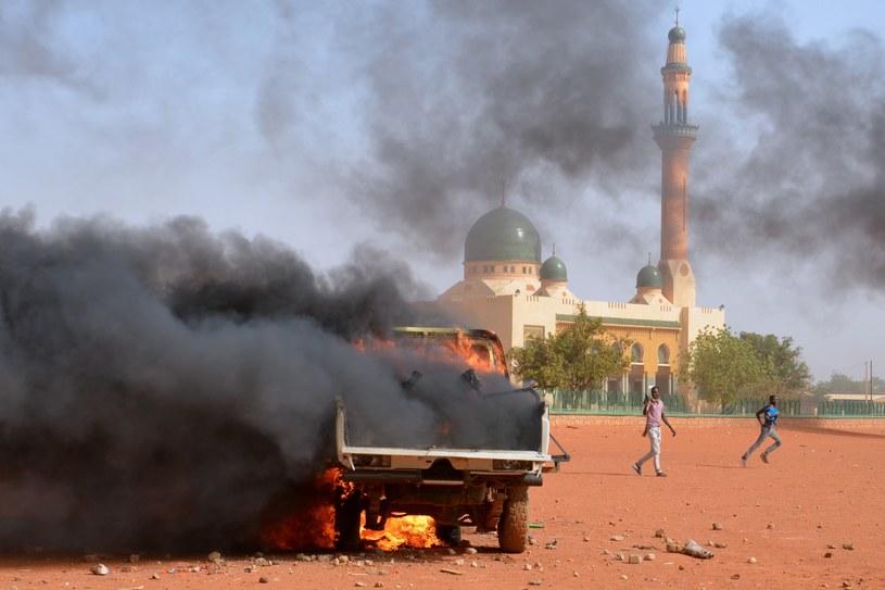 Płonąca policyjna ciężarówka w Niamey /AFP