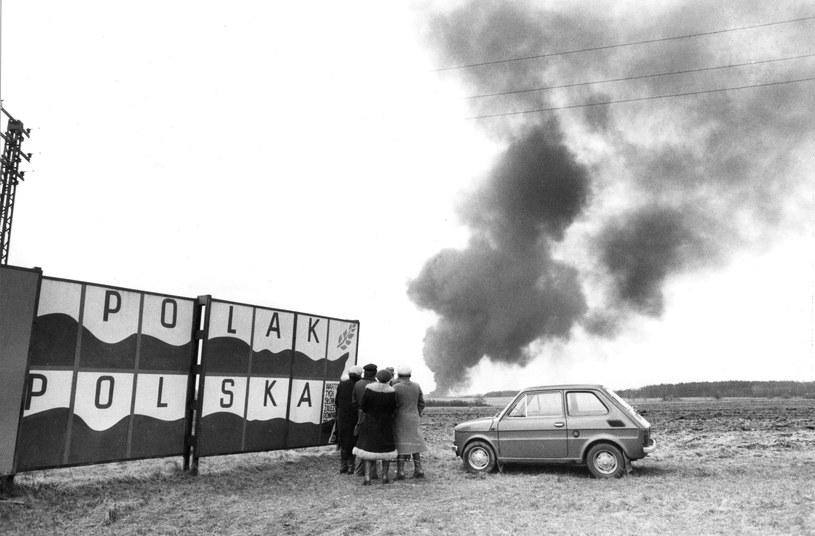 Płonąca ropa przyciągała gapiów. Do Karlina zjeżdżały tłumy nie tylko z najbliższej okolicy /Wojtek Laski /East News