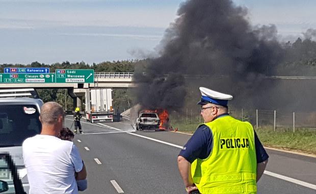 Płonące auto na A4. Pękł zbiornik na gaz