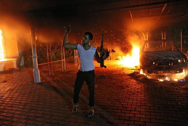 Płonące budynki i samochód na terenie konsulatu amerykańskiego w Bengazi /AFP