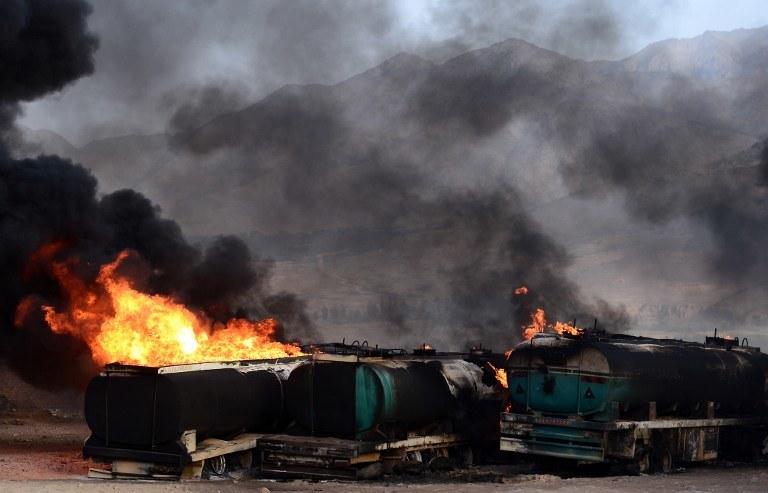 Płonące ciężarówki /AFP