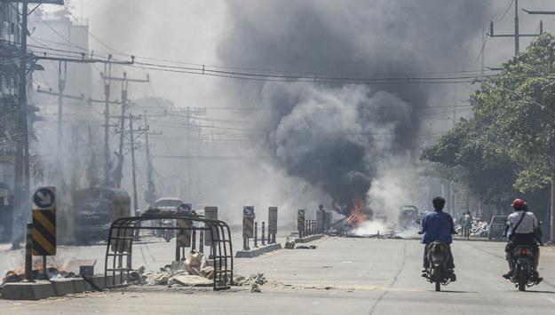 Płonące opony w Rangunie /NYEIN CHAN NAING  /PAP/EPA