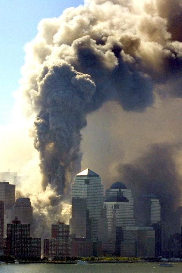 Płonące wieżowce World Trade Centre w Nowym Jorku / HUBERT MICHAEL BOESL /PAP/EPA