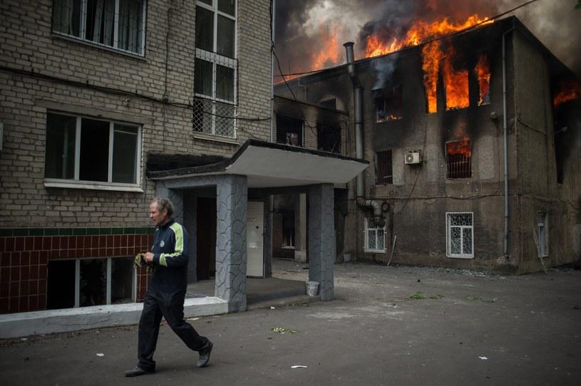 Płonący budynek milicji w Mariupolu /PAP/EPA
