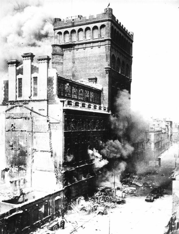 Płonący budynek Polskiej Akcyjnej Spółki Telefonicznej /Domena publiczna /Wikimedia
