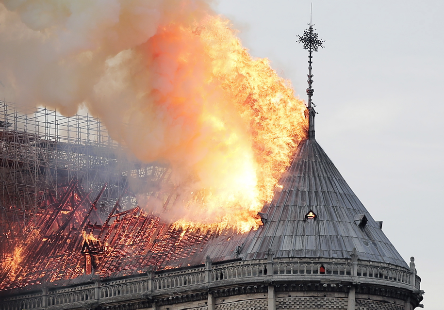 Płonący dach katedry Notre Dame /IAN LANGSDON /PAP/EPA