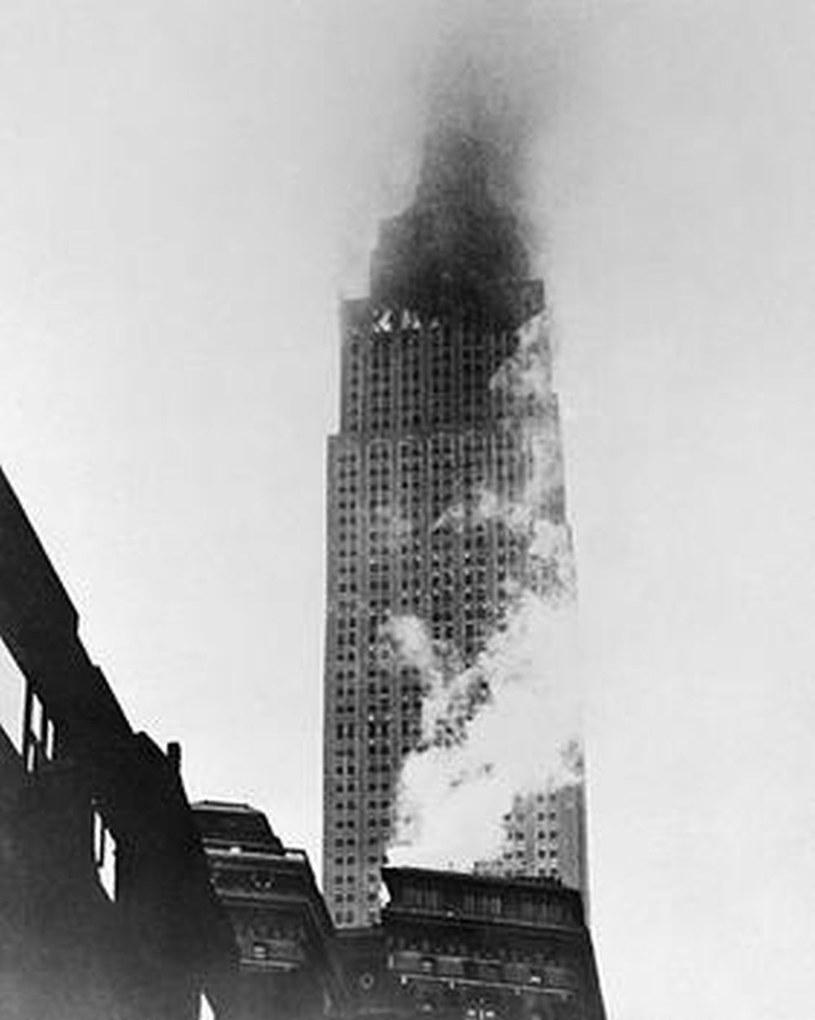 Płonący Empire State Building po uderzeniu samolotu /domena publiczna