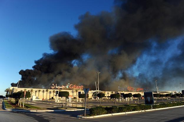 Płonący hipermarket w Tunisie /AFP