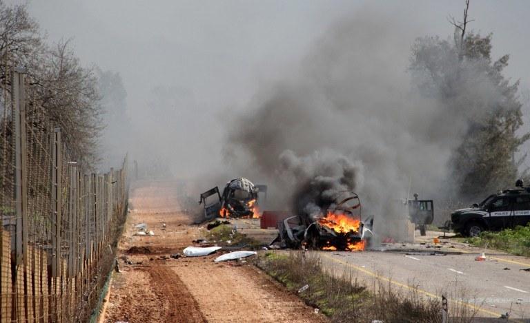 Płonący pojazd izraelskich sił wojskowych w pobliżu granicy z Libanem niedaleko wioski Ghajar, zdj. z 28.01.2015 /MARUF KHATIB /AFP