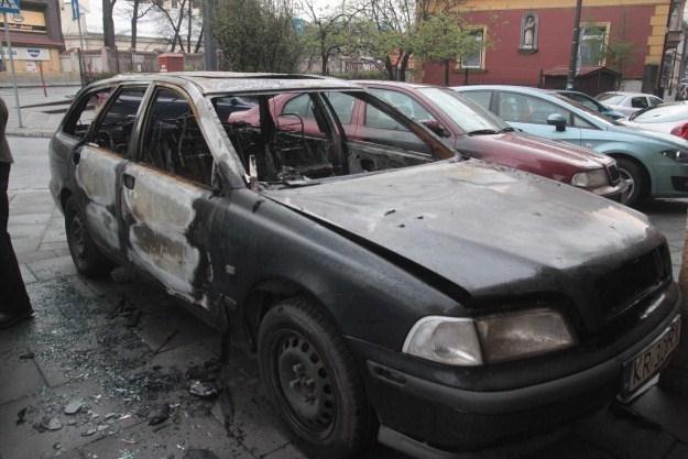 Płonący samochód trudno ugasić /INTERIA.PL