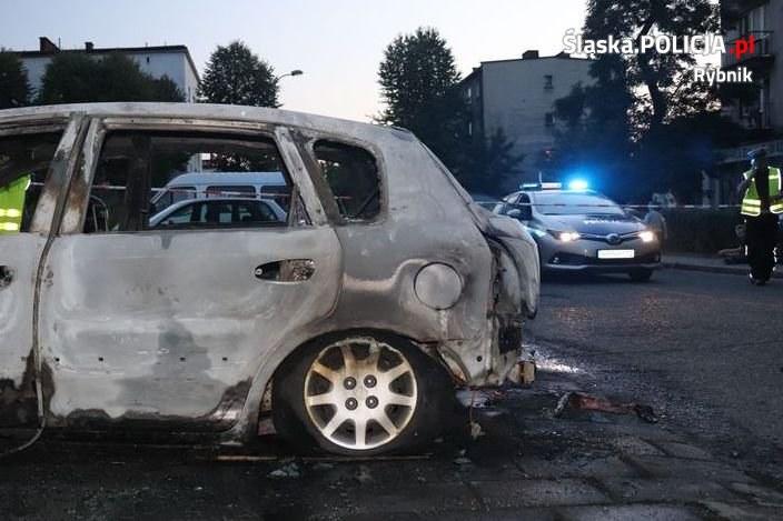 Płonął samochód przy ul. Kadetów w Rybniku /Komenda policji w Rybniku /materiały prasowe