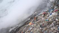 Płonęła 12-metrowa hałda odpadów. Pożar wysypiska w województwie łódzkim