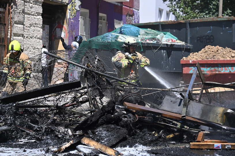 Płonęły dwie barykady, rzucano petardy /JOHN MACDOUGALL /AFP