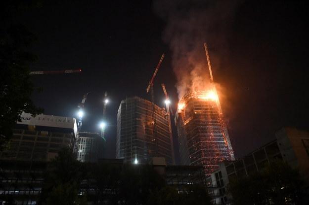 Płonie budowany wieżowiec w centrum Warszawy / Radek Pietruszka   /PAP