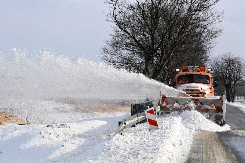 Pług wirnikowy usuwa zaspy na drodze wojewódzkiej nr 993 w okolicy Pielgrzymki w Beskidzie Niskim /Darek Delmanowicz /PAP