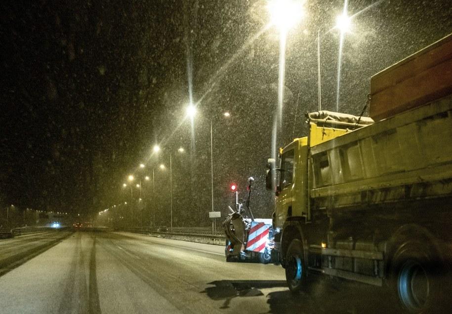 Pługosolarka na autostradzie A1 w Knurowie / Andrzej Grygiel    /PAP