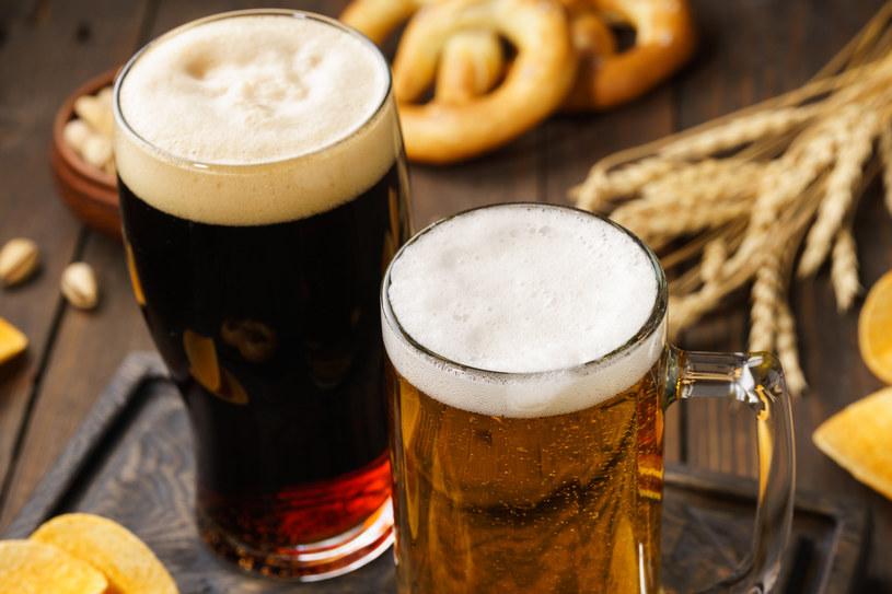 Płukanie włosów piwem - domowa kuracja /123RF/PICSEL