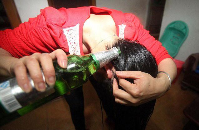 Płukanie włosów piwem /© Photogenica