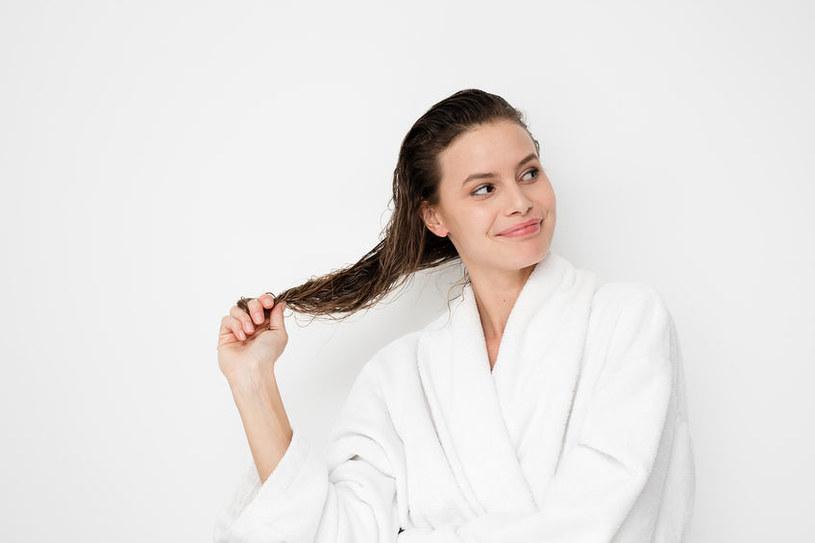 Płukankę na bazie octu jabłkowego najlepiej stosować po uprzednim umyciu włosów szamponem /123RF/PICSEL