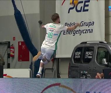 PlusLiga. Niesamowite poświęcenie! Piechocki okupił obronę kontuzją (POLSAT SPORT). Wideo