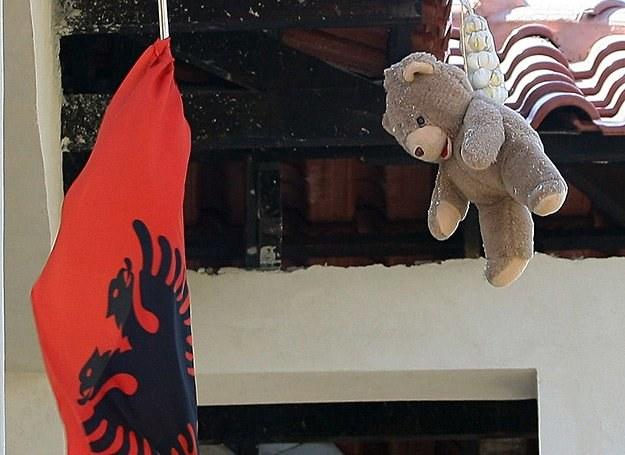 """Pluszowy miś, czosnek i czerwona flag - wszystkie maja chronić przed """"okiem zła"""" /AFP"""