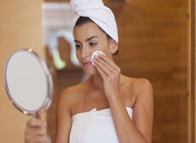Płyn do demakijażu twarzy możesz sporządzić sama! /123RF/PICSEL