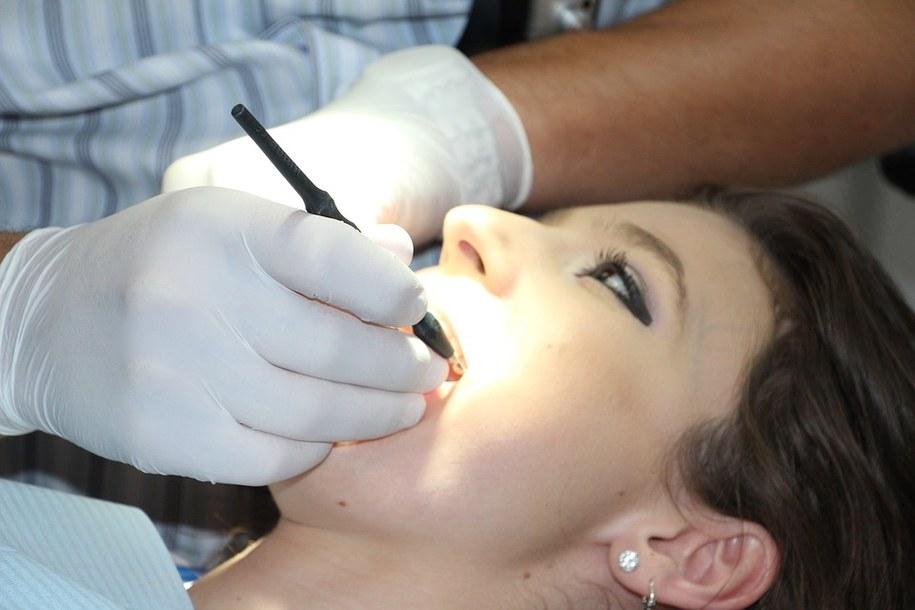 Płyn do płukania jamy ustnej i gardła – metoda na ból i stany zapalne /Materiały prasowe