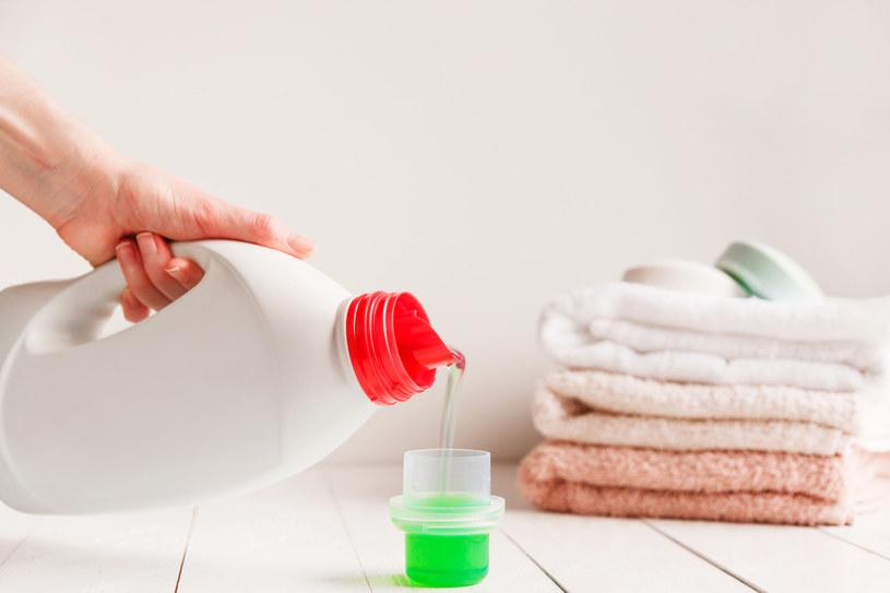 Płyn do tkanin przyda się również do czyszczenia podłóg czy dywanów /123RF/PICSEL