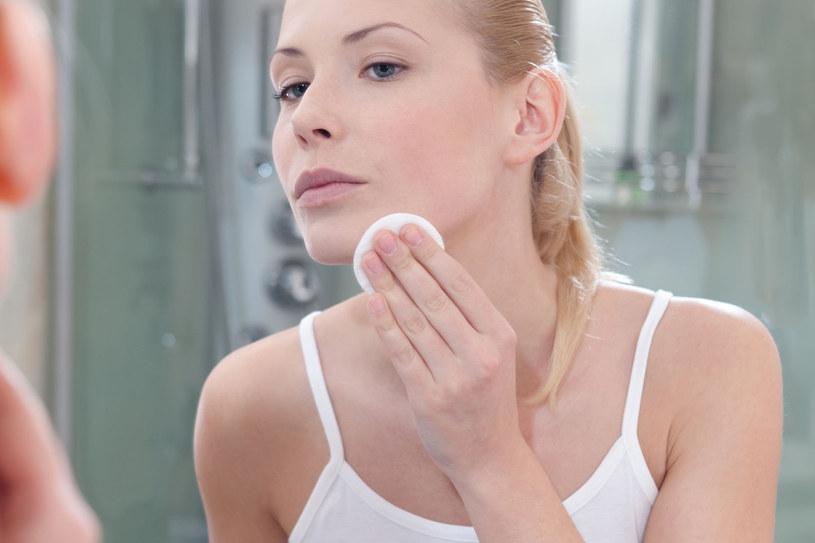 Płyn micelarny ma te same właściwości co dwufazowy płyn do demakijażu - świetnie sobie radzi ze zmywaniem kosmetyków wodoodpornych /123RF/PICSEL