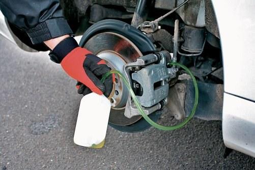 Płyn został spuszczony przez odpowietrzniki układu. /Motor