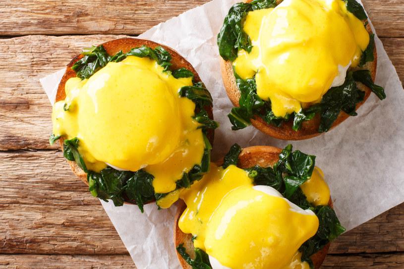 Płynne żółtko i aksamitny sos to idealne połączenie /123RF/PICSEL
