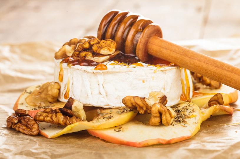 Płynny miód- ten naturalny słodki dodatek świetnie komponuje się z wytrawnymi daniami /123RF/PICSEL