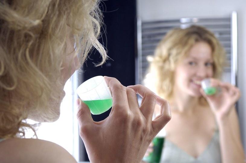 Płyny te odświeżają i hamują rozwój bakterii w jamie ustnej /123RF/PICSEL