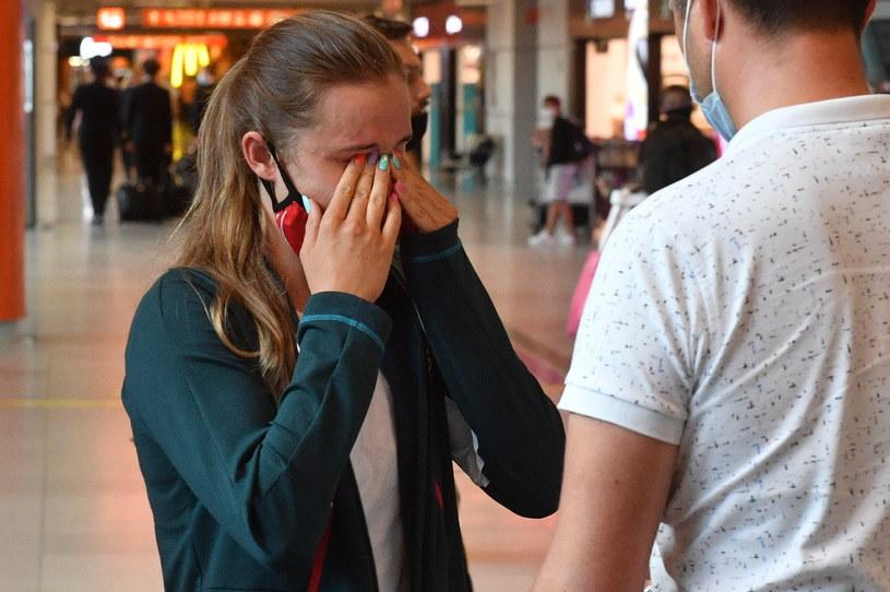 Pływaczka Dominika Kossakowska (z lewej) na lotnisku Chopina w Warszawie po przedwczesnym powrocie z Tokio /Radek  Pietruszka /PAP