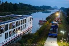 Pływający hotel uderzył w most. Dwie osoby nie żyją, 180 pasażerów jest ewakuowanych