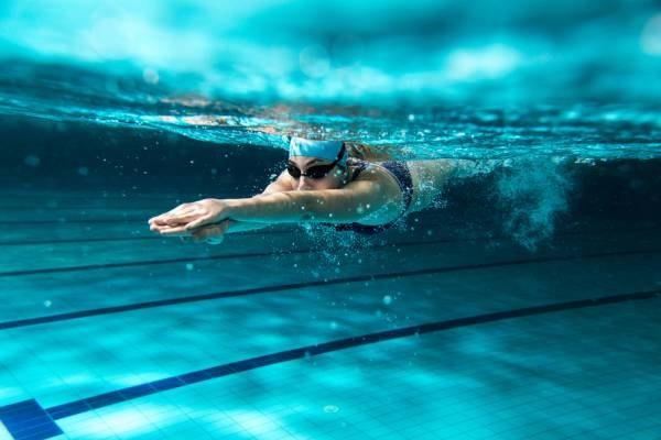 pływanie podniesione piersi /© Photogenica