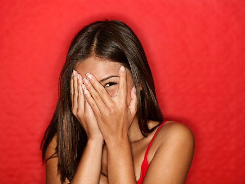 Po 20. roku życia zaczynamy się wstydzić swojego wyglądu, a przecież nie ma powodów! /123RF/PICSEL