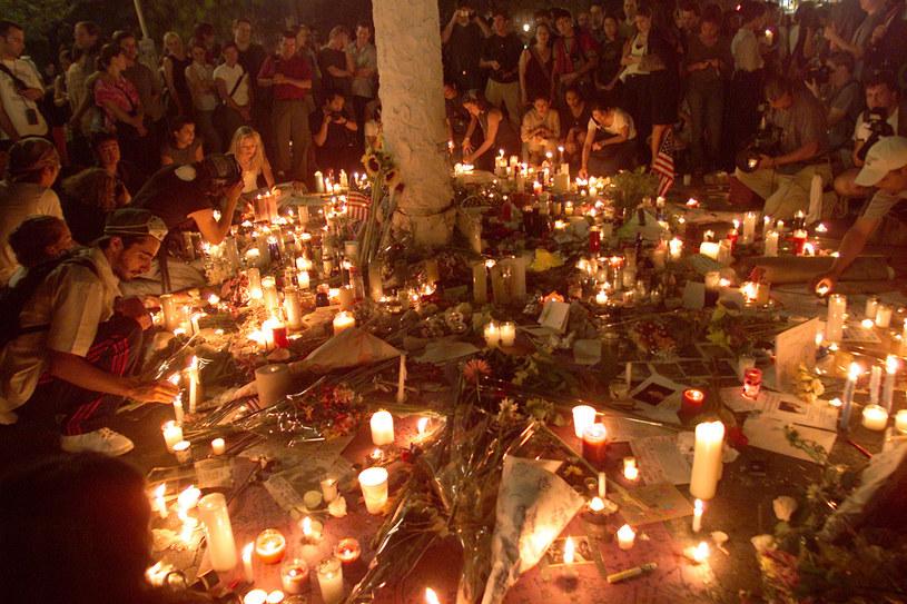 """Po 9/11 w sieci pojawiło się mnóstwo """"prawdziwych przepowiedni"""". Na zdjęciu: mieszkańcy Nowego Jorku składają hołd ofiarom zamachów /Evan Agostini/ImageDirect /Getty Images"""