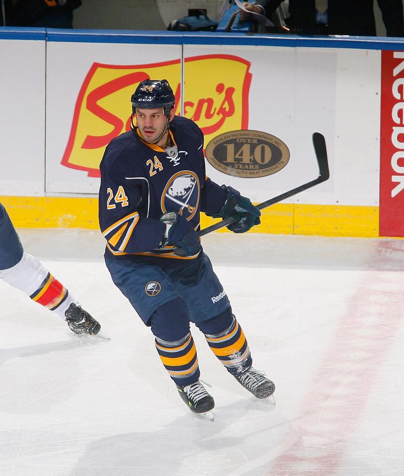 Po 9-miesięcznej przerwie w grze w NHL-u Zenon Konopka przyleci we wtorek do Polski. /AFP