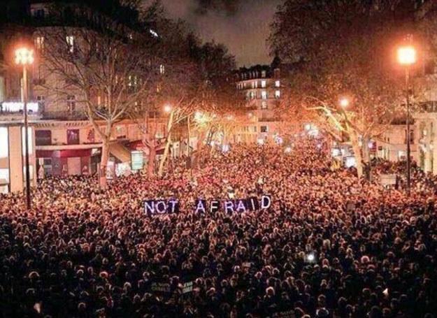 """Po atakach Francuzi zapewniają """"nie boimy się"""" /Twitter"""