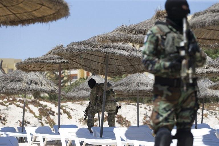 Po ataku na hotele tunezyjscy żołnierze pilnują plazy w Susa; zdj. ilustracyjne /KENZO TRIBOUILLARD /AFP