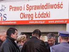Po ataku przed biurem PiS zbierają się ludzie