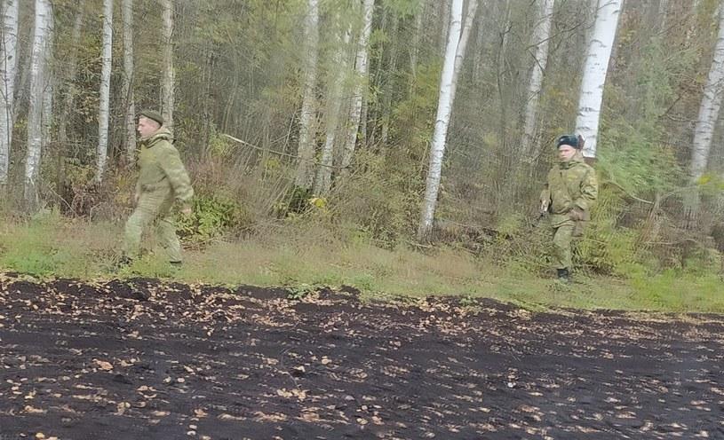 Po białoruskiej stronie granicy pojawiają się żołnierze lub funkcjonariusze nie będący ze służby granicznej /Straż Graniczna /Twitter