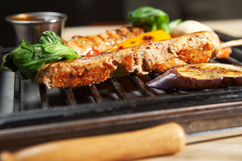 Po biesiadzie dokładnie oczyśćmy ruszt z przypalonych resztek jedzenia. Jeśli tego nie zrobimy, przy następnym grillowaniu zmienią się w toksyczny dodatek /123RF/PICSEL