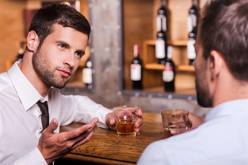 Po bójce lubimy się razem napić /123RF/PICSEL