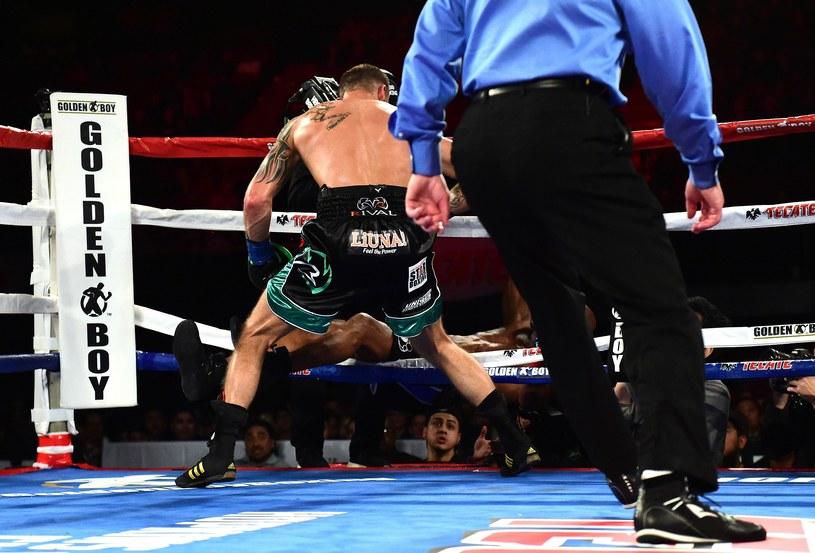 Po ciosach Smitha Juniora Bernard Hopkins wyleciał z ringu /AFP