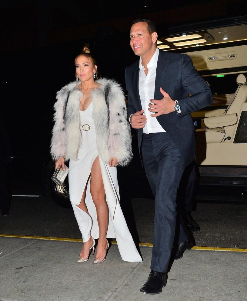 Po części oficjalnej Lopez przebrała się w skromniejszą sukienkę /East News