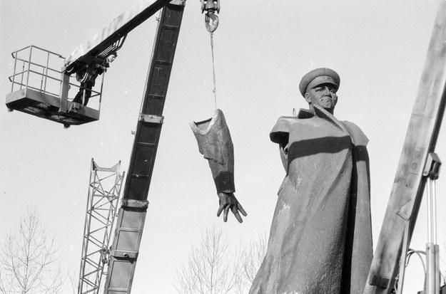 Po czterech latach krakowski pomnik Iwana Koniewa został zdemontowany i odesłany na wschód /Stanisław Gawliński /Fotonova