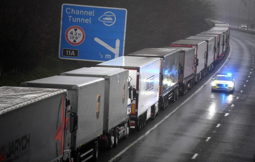 Po decyzji Francji wielokilometrowe korki na autostradzie M20 prowadzącej do Dover /NEIL HALL /PAP/EPA